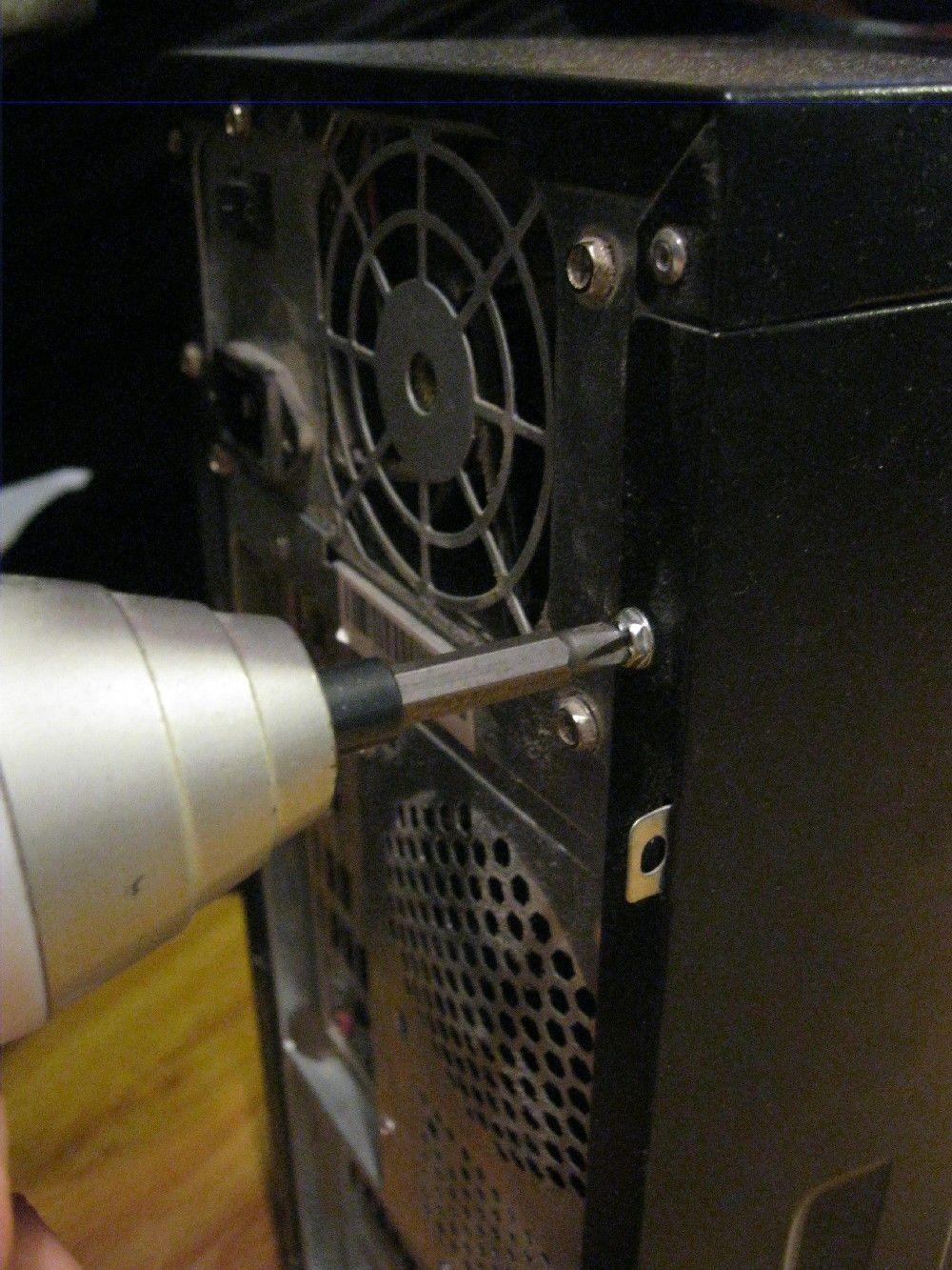Откручиваем боковую панель компьютера